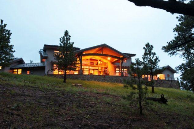 Освещенный дом на холме