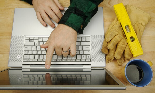 homeowner compares reviews for contractors online