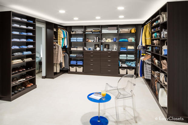 Walk in closet with seat and dressing area